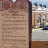 «Ради разнообразия религий»: Памятник 10 заповедям в США обставят флагами гордости и атеизма