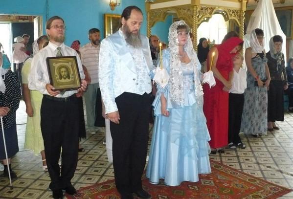 который по древней библейской практике возлагает руки на голову каждого паломника и совершает молитву